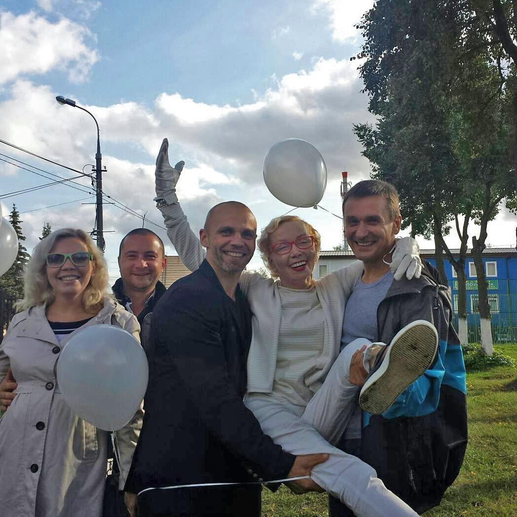 Евдокия Германова на посадке саженцев яблони в г Зарайск